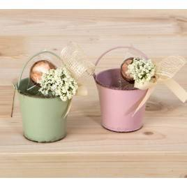 Cubo metálico verde y malva stdo.con flor y bombón, min.2