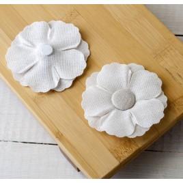Flor blanca de lino Ø7cm. con adhesivo, min.4
