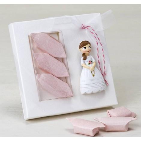 Imán niña Comunión con rosario y 3 caramelos