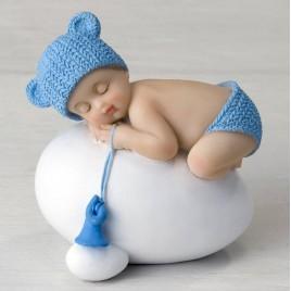 Figura niño bebé azul durmiendo sobre huevo,7,5x8cm.