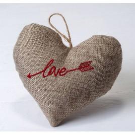 Cojín corazón para colgar de arpillera bordado love