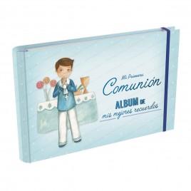 Álbum Comunión niño delante altar